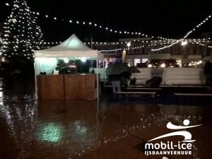 Schaatsen in de regen op Charles Dickens markt te Steenwijk.