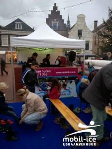 Schaatsen slijpen en schaatsen uitdelen op Charles Dickens Kerstmarkt te Steenwijk
